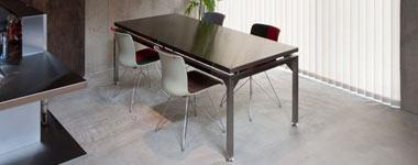 ステンレス製のダイニングテーブル
